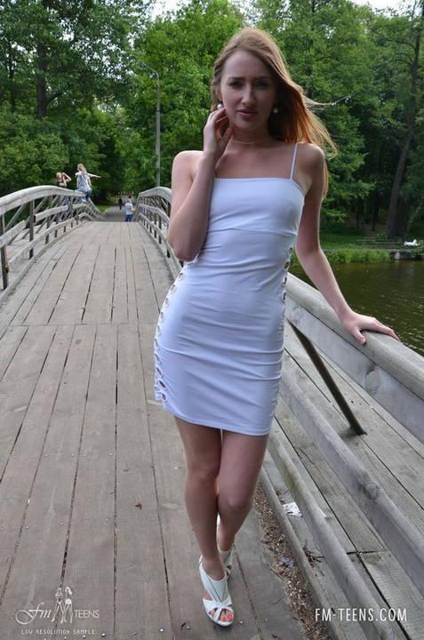 Novinha De Vestido Sem Calcinha Em Publico