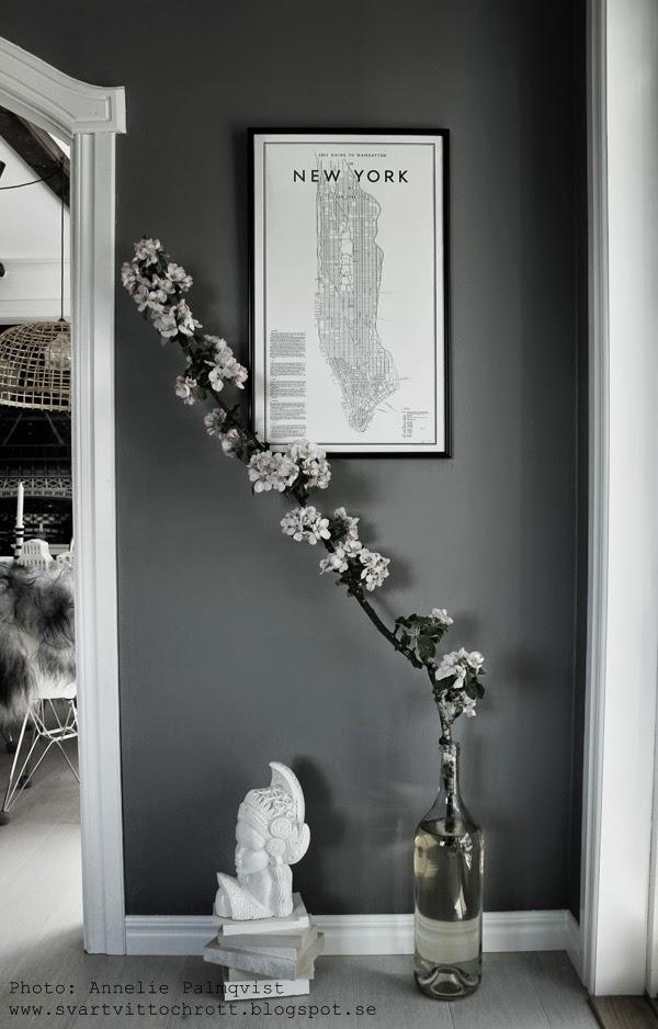 new york, david ehrenstråle, tavla i vardagsrum, äppelkvist, gren från äppelträdet, vit indosneisk skulptur, vitt golv, poster new york