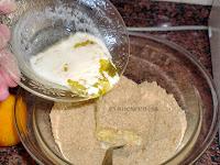 galletas trituradas y mantequilla derretida