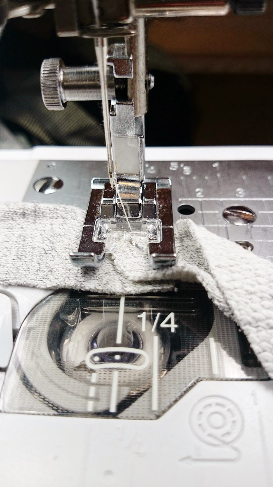 zszywanie dwóch kawałków materiału,blog o szyciu i DIY,jak uszyć dywan,proste projekty dla każdego zrób to sam DIY