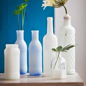 Manualidad de botellas de vidrio y cristal pintadas convertidas en floreros
