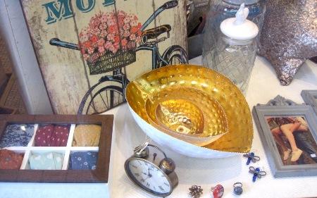Caja madera con tapa cristal, cuencos dorados tres tamaños