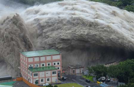 Flood waters jet out of Shihmen Dam after deluge of Typhoon Dujuan