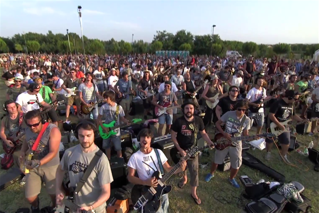Italy Cesena 2015 Learn to Fly Foo Fighters Rockin 1000 Official Video italia cesena iulie 2015 o mie de italieni canta piesa learn to fly foo fighters hitul trupei muzica rock video live