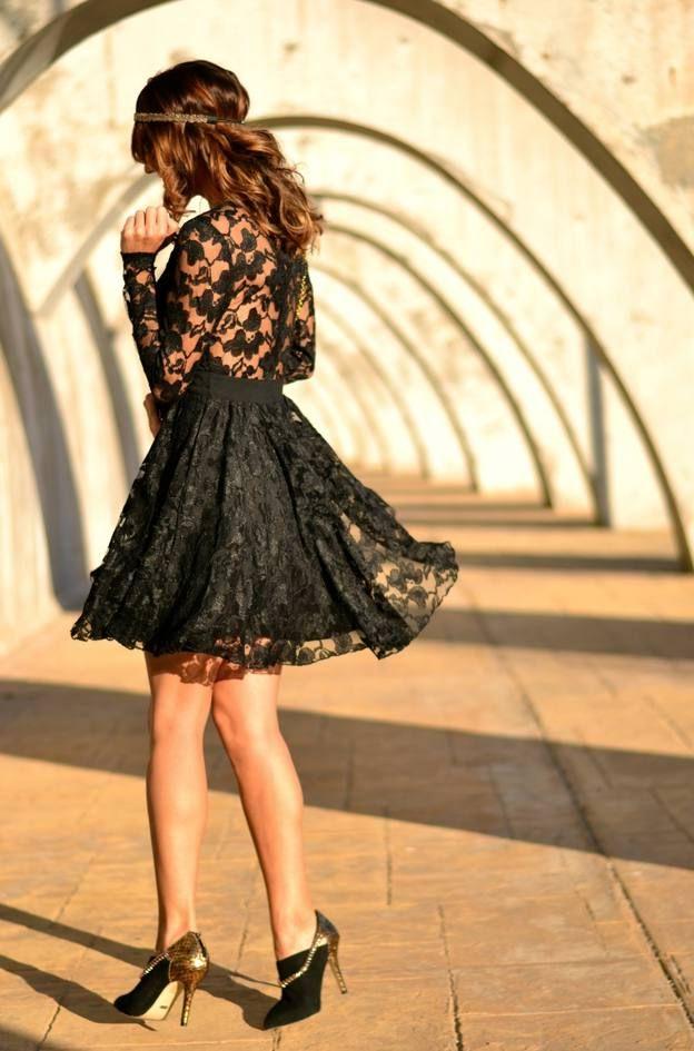 ust-coco-street-style con vestido de encaje negro. Europe delivery