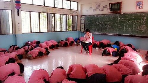 Cô giáo, đừng về Việt Nam!