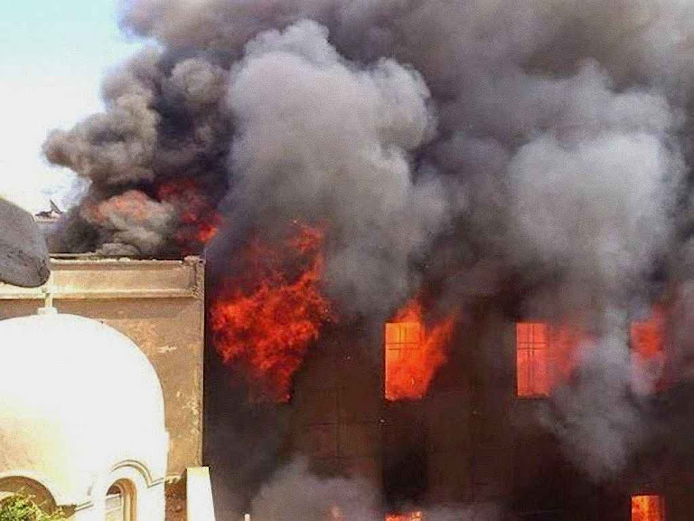 A sé do Arcebispado Siriaco Católico em Mosul incendiada pelos seguidores do Corão.