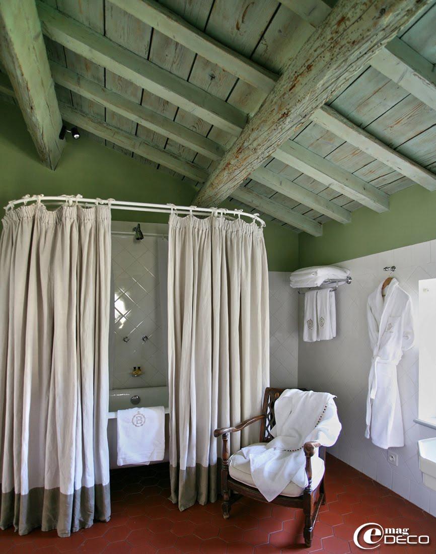 Baignoire surmontée d'un baldaquin au Mas de Peint, hôtel 5 étoiles au Sambuc, en Camargue