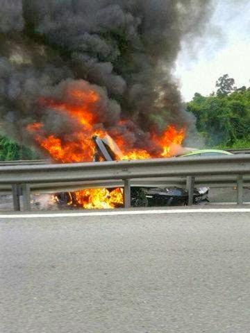 Kopipesmedia Gambar Kemalangan Kereta Sport Mewah Terbakar Di Lebuhraya Plus Saksikan