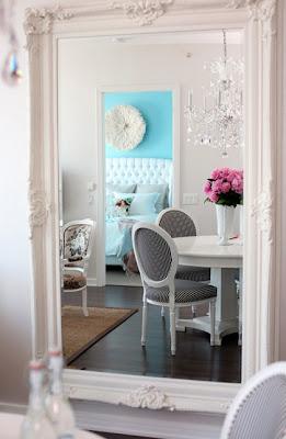 espelho com moldura branca clássica
