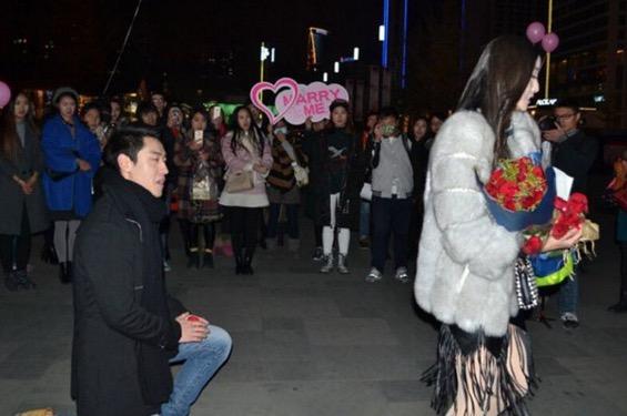 Sesuatu yang mengejutkan berlaku apabila lelaki ini beri kejutan untuk melamar kekasihnya