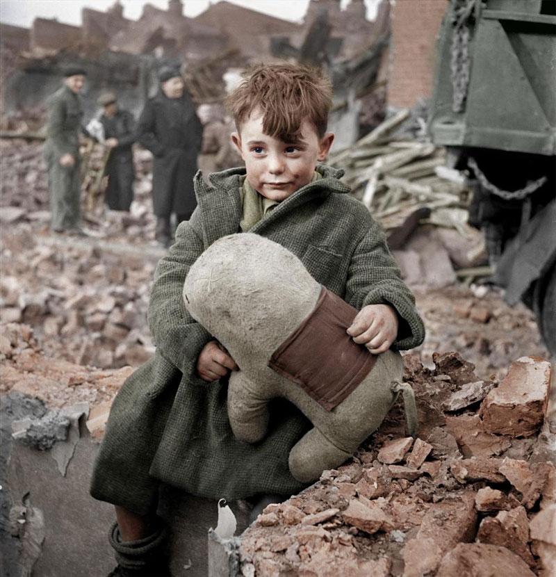 Muchacho sosteniendo un juguete de peluche en Londres, 1945
