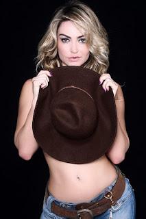 Laura Keller posou para um ensaio supersexy com direito a topless e chamou atenção pela cinturinha fina.