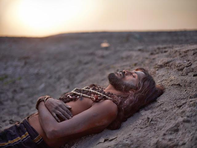photographie artistique joey L homme saint de l'inde sadhu allongé rituel de mort bras croisé