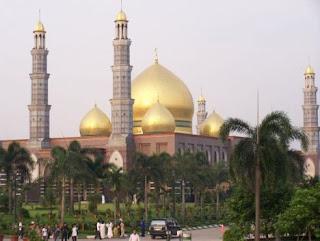 """<a href="""" http://2.bp.blogspot.com/-5kIjsDX4ep4/USM5nFy79NI/AAAAAAAAB6I/0NlbO1a1AWY/s320/Masjid+Termegah+dan+Terbesar+di+Indonesia4.jpg""""><img alt=""""Tempat beribadah umat islam,Masjid Termegah dan Terbesar di Indonesia, Masjid Dian Al Mahri, Depok – JAWA BARAT"""" src=""""http://2.bp.blogspot.com/-5kIjsDX4ep4/USM5nFy79NI/AAAAAAAAB6I/0NlbO1a1AWY/s320/Masjid+Termegah+dan+Terbesar+di+Indonesia4.jpg""""/></a>"""