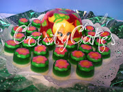 . torta decorada incrustada, con imagenes de campanita y muchas flores, . (campanita )