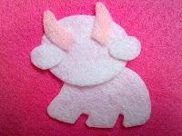 Berikan lem pada bagian tubuh sapi seperti badan,wajah,telinga dan ...