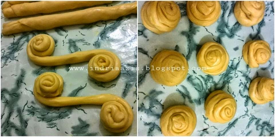 Adonan Roti Maryam ditarik dan dibuat melingkar