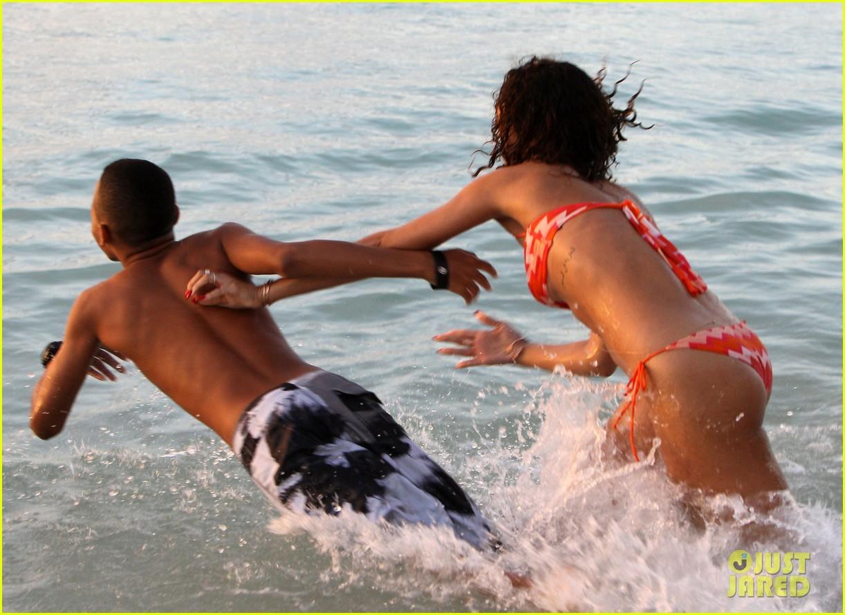 http://2.bp.blogspot.com/-5m1JlsJRKTM/Tv3S7HnC2LI/AAAAAAAAE0Q/Lop0WNPvH_E/s1600/rihanna-bikini-christmas-vacation-01.jpg