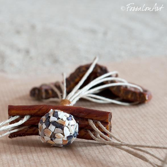 Dettaglio collana FossalonArt - sfera di corda rivestita di frammenti di conchiglie