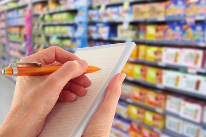 Compras de casal no supermercado