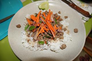 Ternera Picada Tailandés Con Arroz Blanco Y Ensalada De Zanahoria