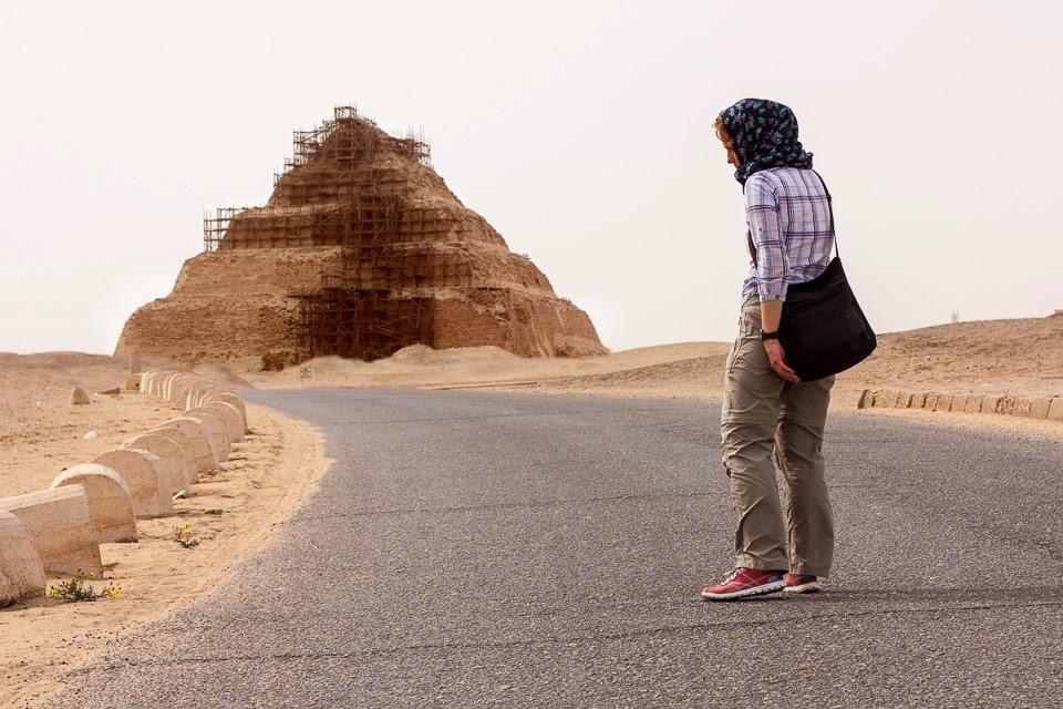 Dzsószer fáraó piramisa felé Szakkarában