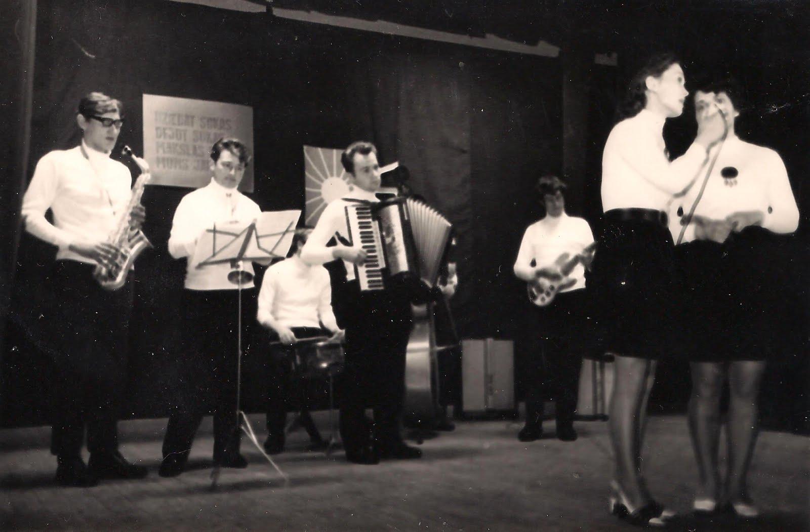 1971 . gadā Valles kultūras namā uzstājas Bebru estrādes orķestris