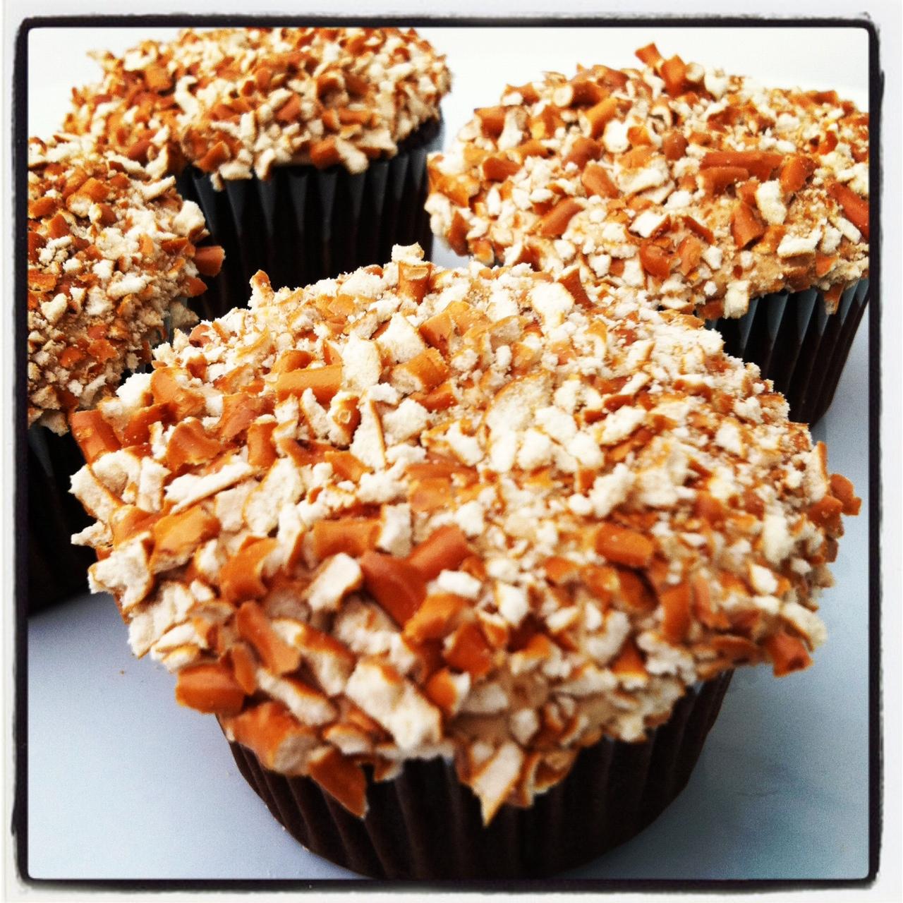 Peanut Butter Chocolate Pretzel Crunch Cupcakes