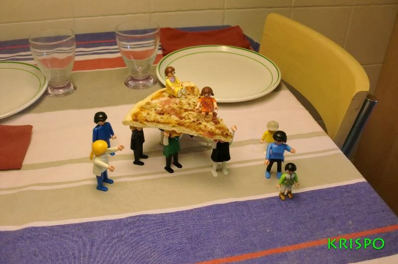 clicks encima de mesa llevando una pizza
