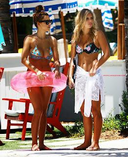 شاهد صور ديفين بروجمان وناتاشا أوكلي في شاطئ وحمام السباحة في ميامي