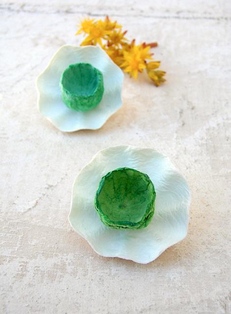 orecchini maxi fatti a mano modello fiore doppio, bianco verde