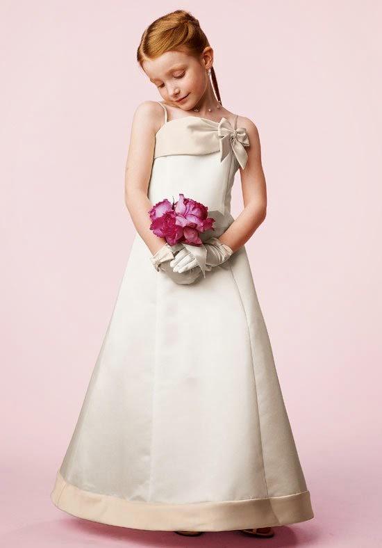 Anak kecil memakai gaun pesta barby
