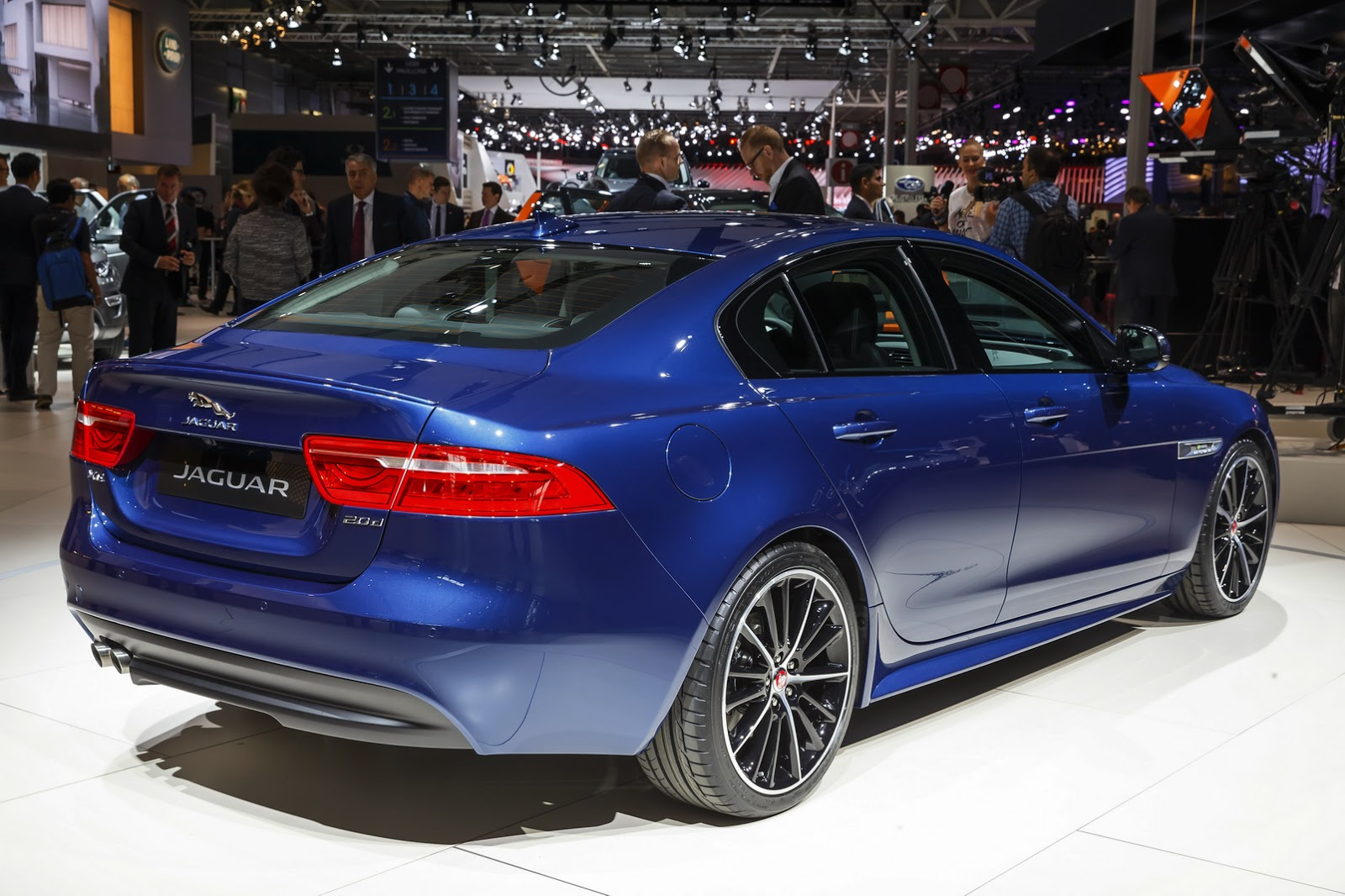 2016 jaguar xe makes grand entrance in paris 120 photos carscoops. Black Bedroom Furniture Sets. Home Design Ideas