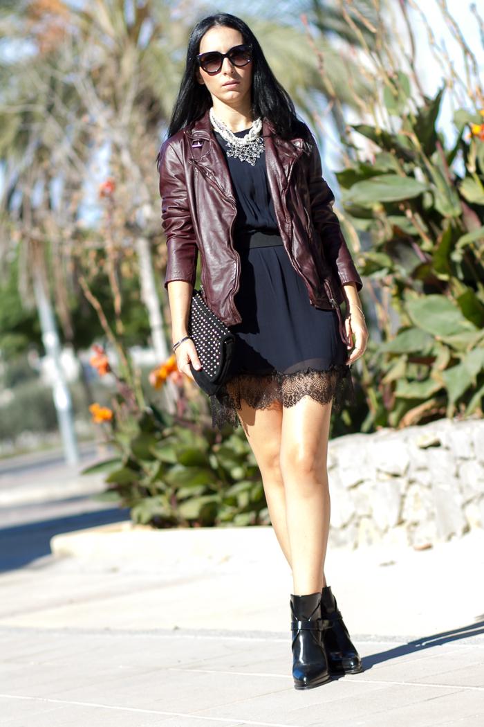 Look moda en la calle con mini vestido y chupa de cuero granate