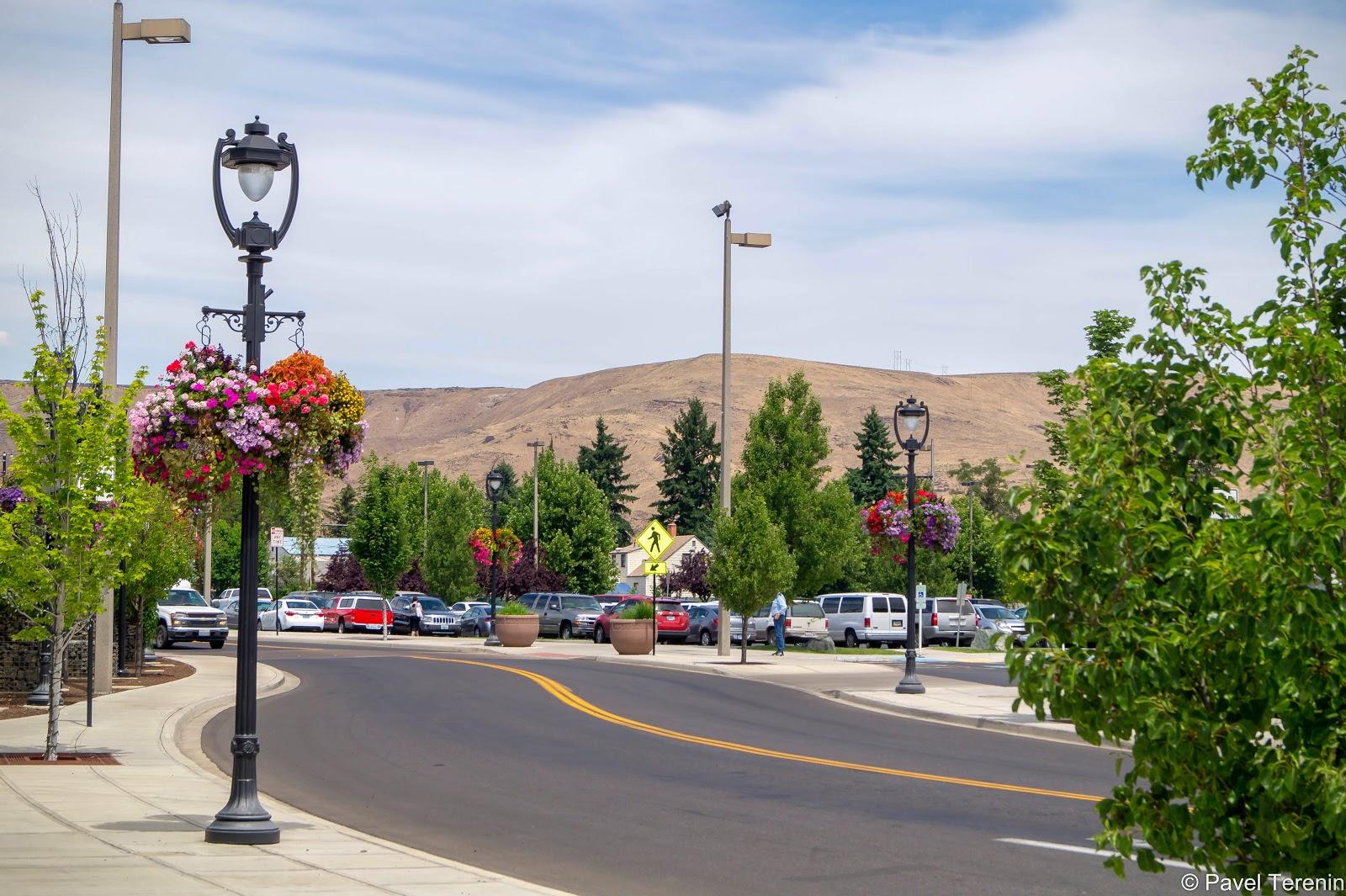 Из центра города видны пустынные холмы