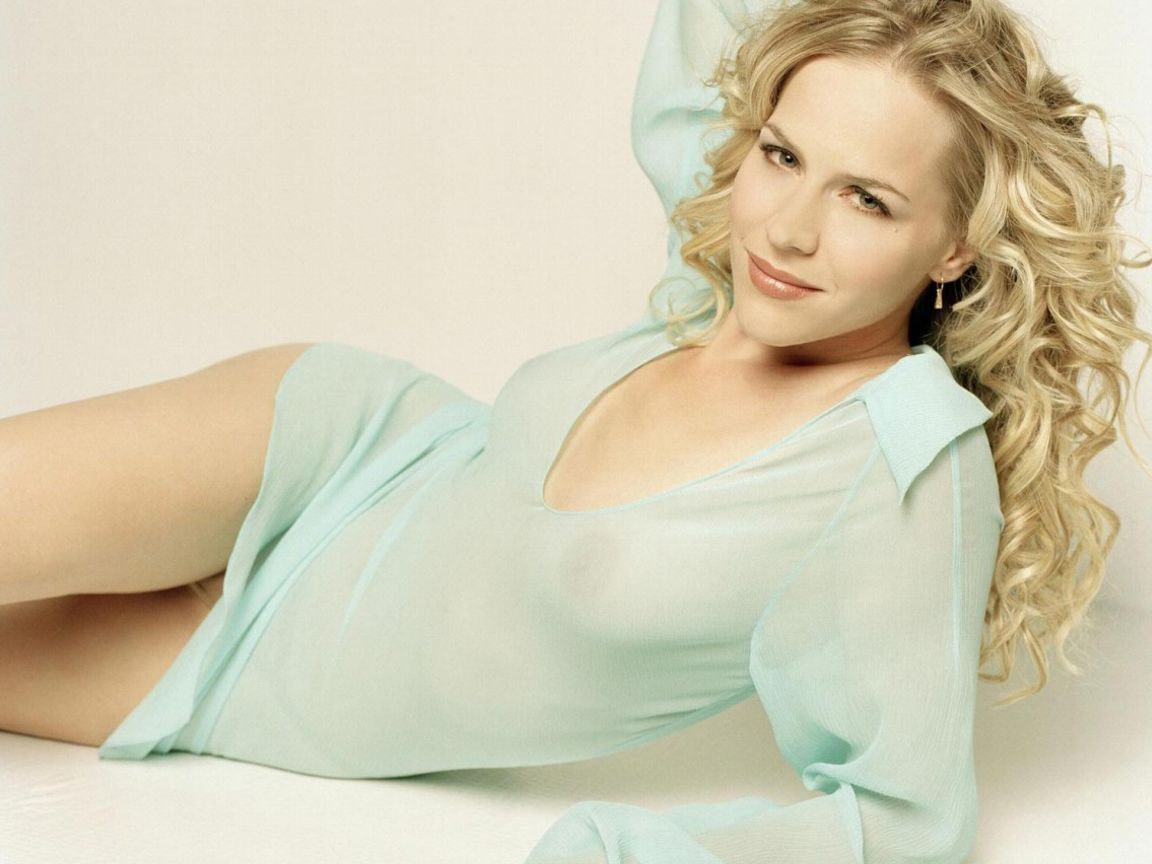 Julie Benz Hot Hd Wallpapers