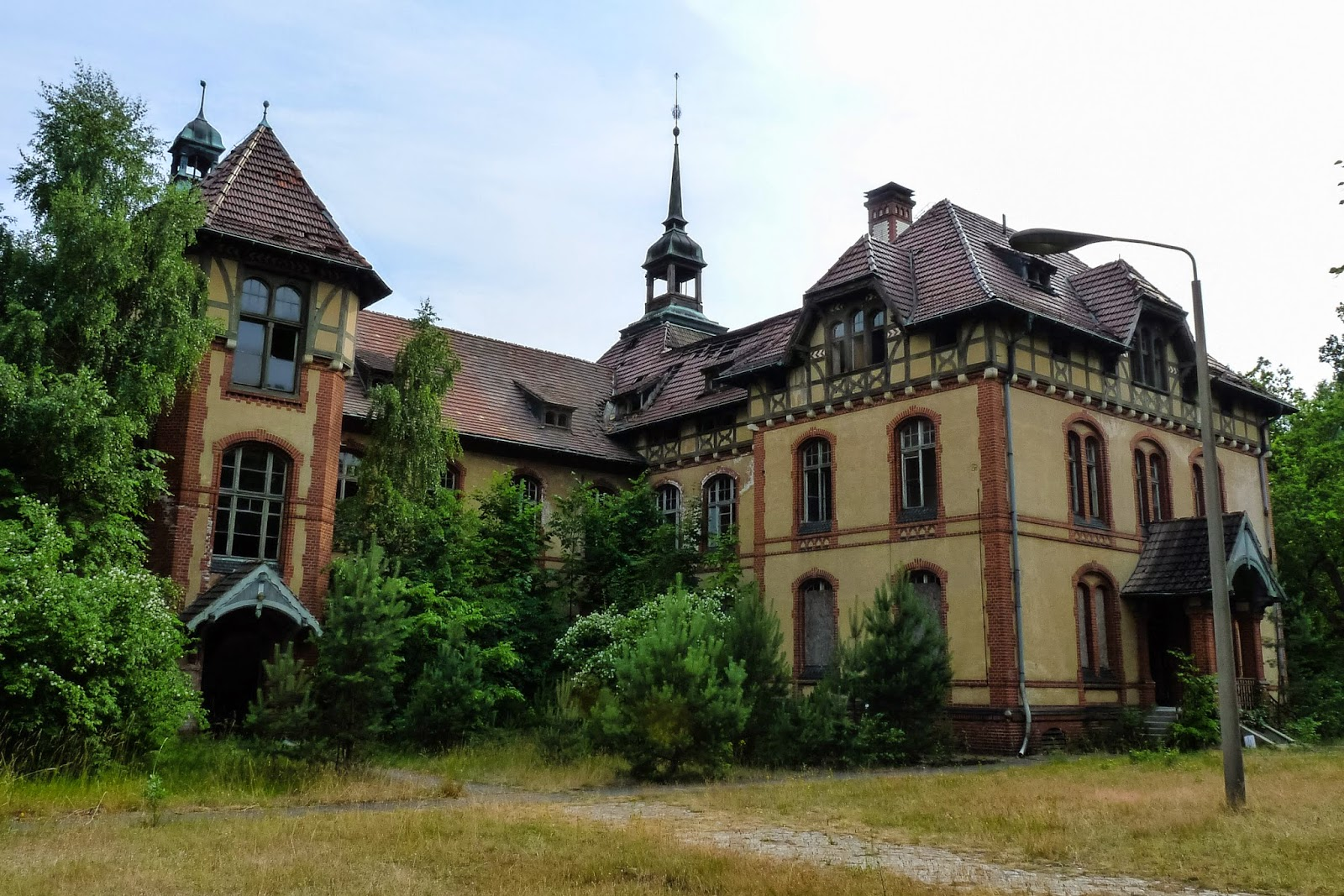 Haunted by history the ghosts of beelitz heilst tten for Carports berlin