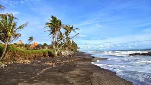 Panorama Keindahan Pantai Mengening Tabanan Bali