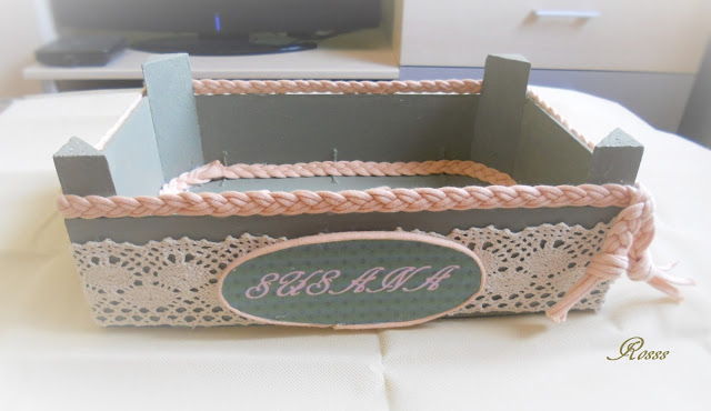 elegant tambin le he hecho un ovalo con cartn pluma para el nombre y alrededor el trapillo with cajas de frutas decoradas - Cajas De Frutas Decoradas