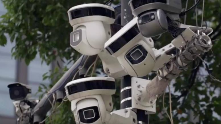 Το δίκτυο CCTV της Κίνας έκανε μόλις 7 λεπτά για να «πιάσει» ρεπόρτερ του BBC μέσα σε 3,5 εκ. ανθρώπων! (video)