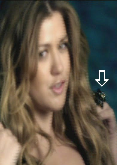 Kelly Clarkson wearing a Jenny Dayco ring