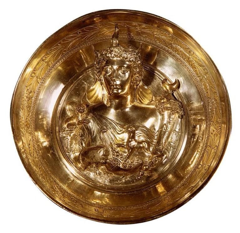 Esta pátera o bandeja de Boscoreale, hecha en plata y oro, muestra una representación de la provincia romana de África con trompa, colmillos y orejas de elefante, y el cuerno de la abundancia.