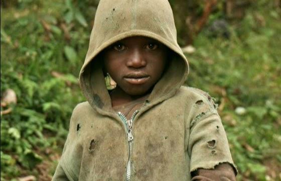 Justus viveu como mendigo nas ruas de Ruanda, pequeno país da África Central, e morou dentro de um carro incendiado em um depósito de lixo (Foto: Reprodução / New York Times)