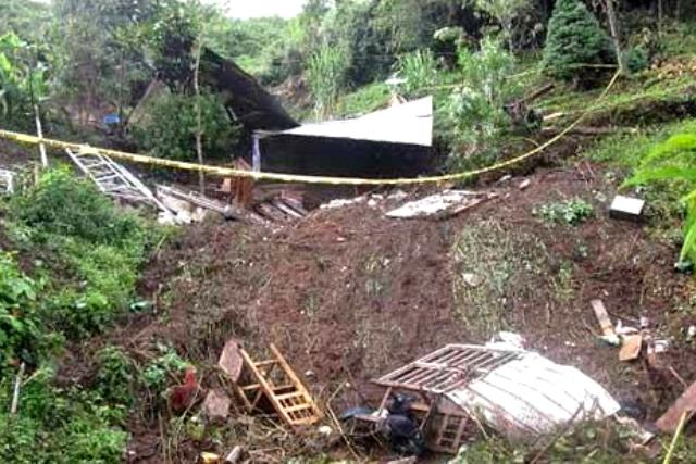 Mueren tres menores por deslave en Huauchinango