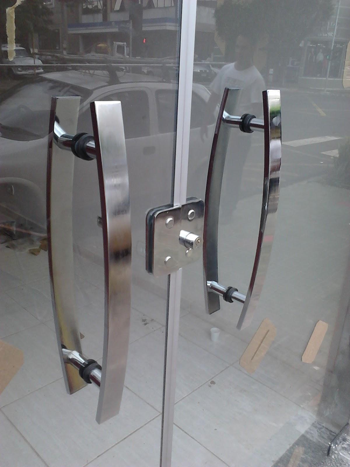 #776354 No detalhe o puxador modelo triunfo em alumínio cromado 2028 Janela De Blindex Com Aluminio Bronze
