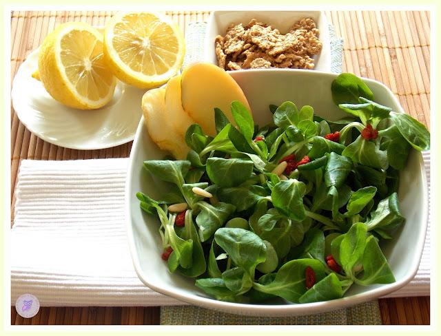 crunchy salad, ovvero insalata mista con pinoli, bacche di goji e songino