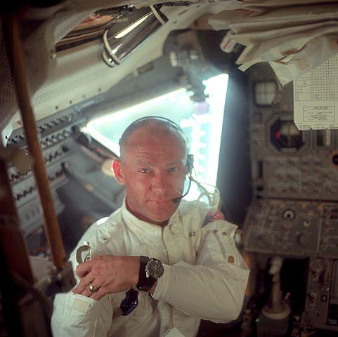 Buzz Aldrin con su Omega Speedmaster durante la misión Apollo 11