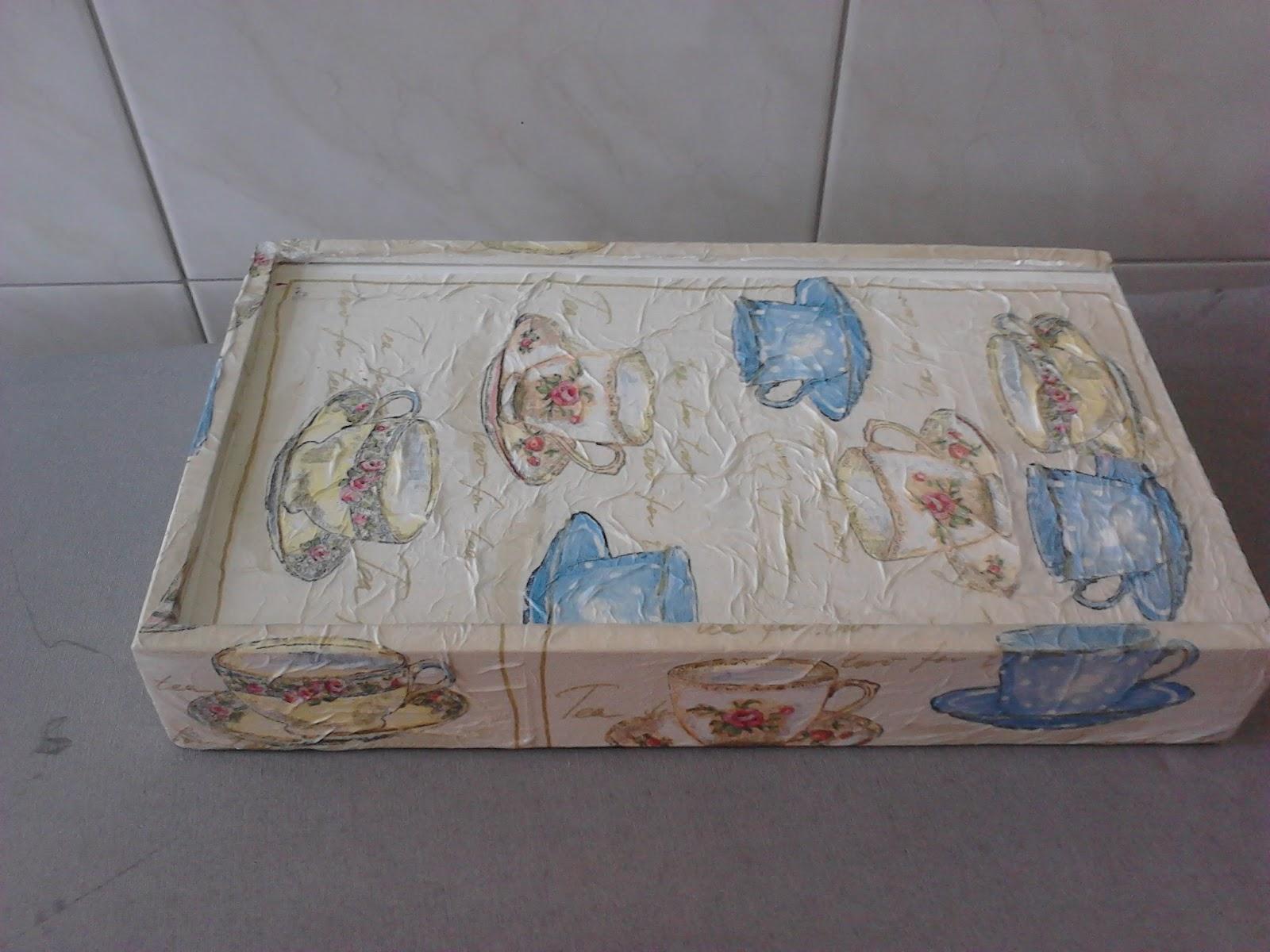 Uma caixa tipo estojo com decoração para guardar os folders de  #4D687F 1600x1200