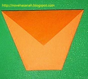 lipat lagi ujung atas kertas origami untuk membuat bibir gelas